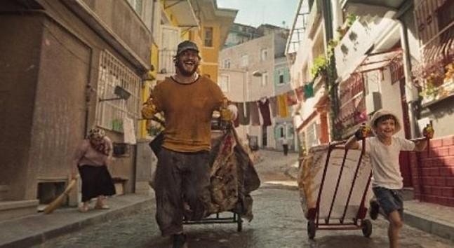 Netflix, başrolünü Çağatay Ulusoy'un üstlendiği, yeni orjinal filmi Kağıttan Hayatlar'ın resmi fragmanını paylaştı