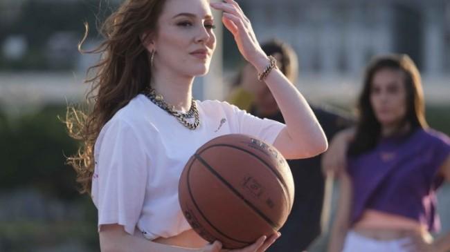Molped'in yeni marka yüzü Elçin Sangu, reklam filminde 'Kız Sözü' veriyor