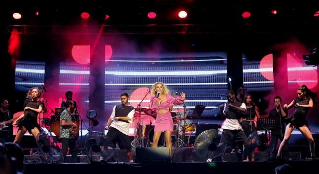 Pop müziğin sevilen ismi İrem Derici, sanat güneşi Zeki Müren, selamı ile sahneye çıktı.